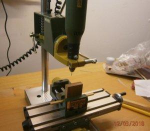 výroba kolíčků na vrtacím stojanu (1).JPG