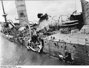 Bundesarchiv_Bild_105-DOA3018,_Deutsch-Ostafrika,_Kreuzer_Königsberg.jpg