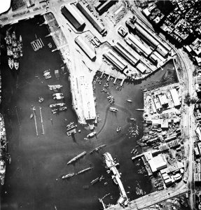 Aerial_view_of_Casablanca_harbour_in_1942.jpg