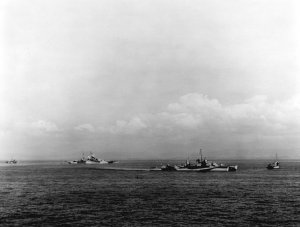 1024px-USS_Walke_(DD-723)_and_USS_Mississippi_(BB-41)_in_Lingayen_Gulf_on_9_January_1945_(80-G...jpg
