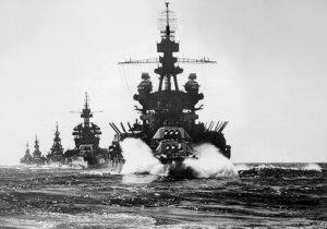 1280px-US_warships_entering_Lingayen_Gulf_1945.jpg