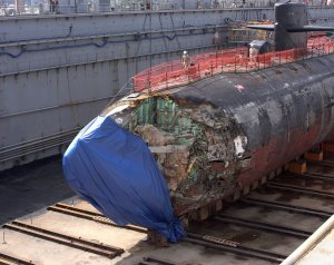 1280px-US_Navy_050127-N-4658L-030_Submarine_USS_San_Francisco_in_dry_dock_to_assess_damage_Gua...jpg
