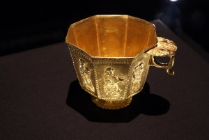 1280px-Octagonal_footed_gold_cup_from_the_Belitung_shipwreck,_ArtScience_Museum,_Singapore_-_2...jpg