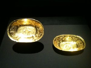 1280px-Oval_lobed_gold_bowls_from_the_Belitung_shipwreck,_ArtScience_Museum,_Singapore_-_20110...jpg