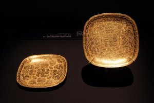 1280px-Square_lobed_gold_dishes_from_the_Belitung_shipwreck,_ArtScience_Museum,_Singapore_-_20...jpg