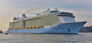 Anthem_of_the_Seas_-_Cruise_Ship_in_Hamburg_(16720740030).jpg
