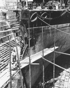 HMS_Camperdown_damaged_bow.jpg