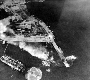 Greek_ships_under_air_attack_in_April_1941.jpg