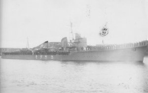 Japanese_destroyer_Kazagumo_on_28_March_1942.jpg