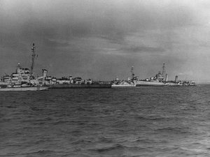 USS_Glennon_(DD-620)_and_USS_Rich_(DE-695)_mined_off_Normandy_in_June_1944.jpg